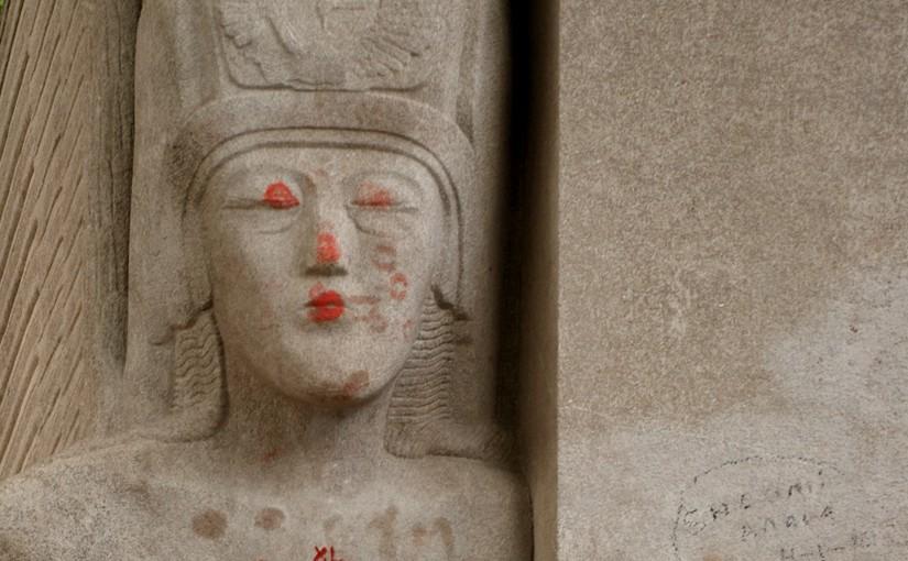 Oscar Wilde Grab voller Küsse als Symbol für Loyalität