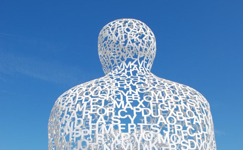 Skulptur aus Buchstaben als Symbol für die vielen Worte im Geschäftsbericht