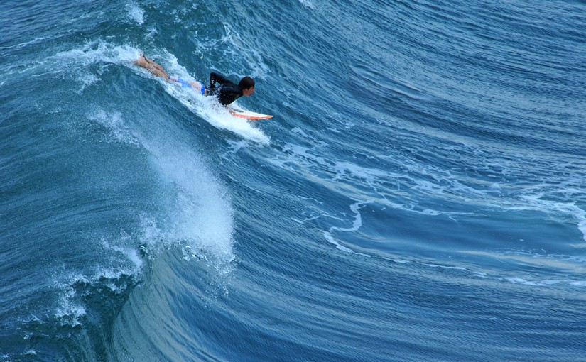 Ein Surfer als Symbol für alle, die auf der Twitter - Welle reiten