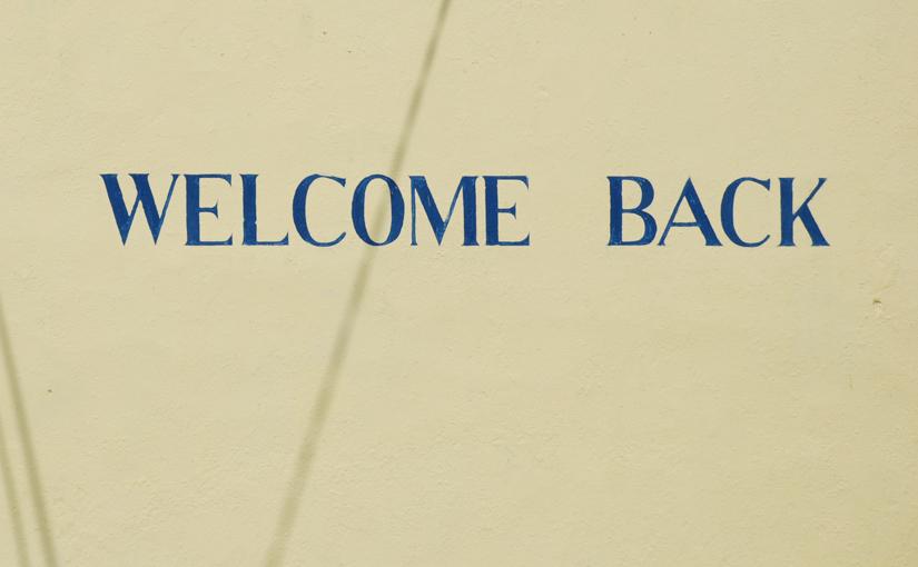 CRM - Welcome Back Schriftzug auf einem Haus als Symbol für die Kundenbegrüßung