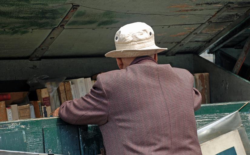Mann mit weißem Hut - ein Zeichen der Suchmaschinenoptimierung und Hinweis auf den Linktausch